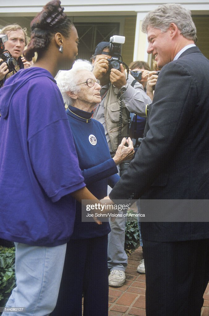Governor Bill Clinton stops to meet with supporters on way to Governors Mansion on Election Day Nov. 3 of 1992 in Little Rock, Arkansas : Foto jornalística