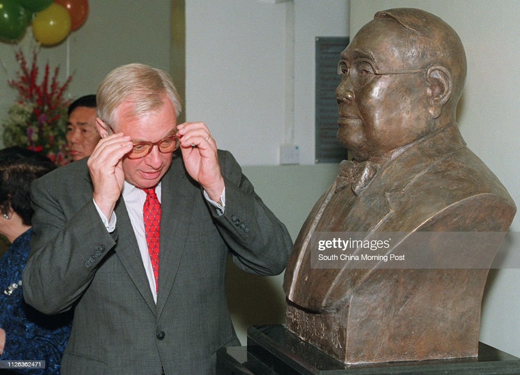 Governor Chris Patten moves in for a close look at the statue of philanphropist Mr Fung Hon Chu at the Fung Hon Chu Gifted Education Centre in Tseun Wan. : News Photo