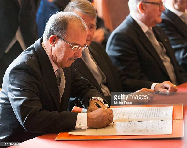 Governor of Aruba Fredis Refunjol signs the Act of Abdication of Queen Beatrix of the Netherlands in the Moseszaal at the Royal Palace on April 30...