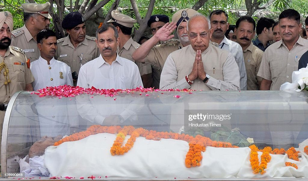 Governor of Punjab Haryana and Administrator Union Territory Chandigarh Prof Kaptan Singh Solanki placing wreath on the body of Padma Shri Nek Chand..