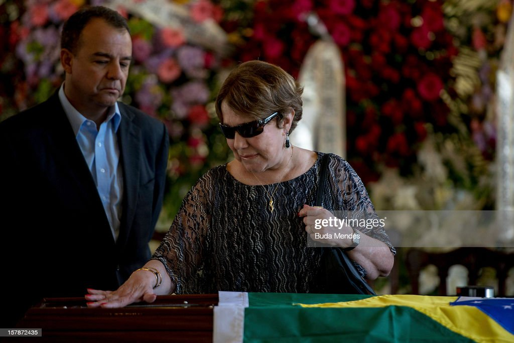 Governor Sergio Cabral and the widow Vera Lœcia Niemeyer say goodbye to her husband, the Architect Oscar Niemeyer, during his funeral of at Palacio City on December 07, 2012 in Rio de Janeiro, Brazil. Niemeyer was hospitalized for 33 days at Samarian Hospital and died at 104 years old due to a kidney infection on December 06, 2012 in Rio de Janeiro, Brazil.