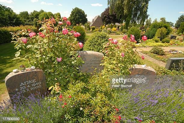 3 Grabstein von Rudi Carrell mi mit eingemeisseltem Autogramm und Inschrift Diese Landschaft ist ein Paradies Hier war ich zu Hause sowie Grabstein...