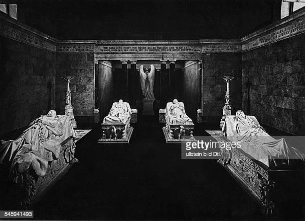Grabstätten im Mausoleum vlnr Wilhelm I FriedrichWilhelm III Königin Luise undKaiserin Augusta undatiert