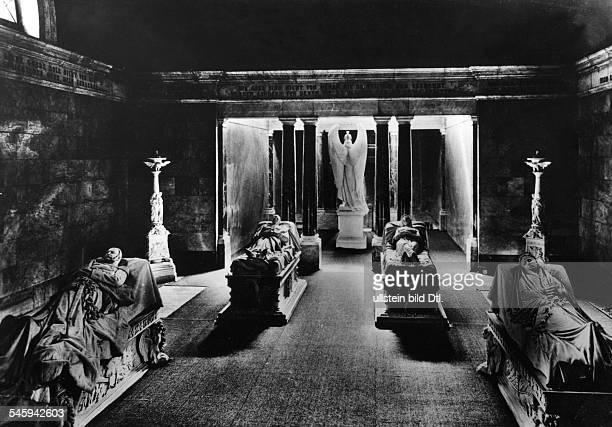Grabstätten im Mausoleum vlnr Wilhelm I FriedrichWilhelm III Königin Luise undKaiserin Augusta Aufnahme vor 1957 undatiert