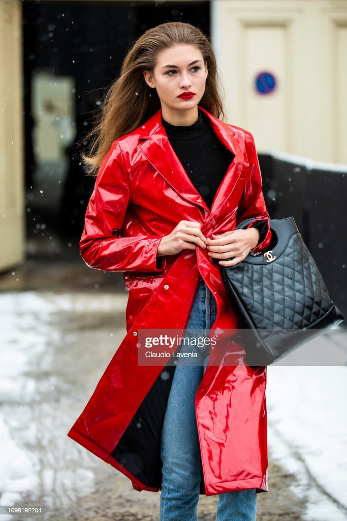 Street Style - Paris Fashion Week - Haute Couture Spring Summer 2020 : Day Two : Nachrichtenfoto
