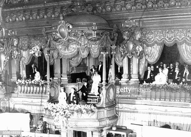 Grace Kelly et le Prince Rainier à la tribune princière de l'Opéra le 19 avril 1956 à MonteCarlo Monaco