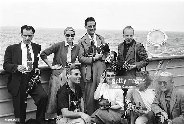 Grace Kelly On The Road To Monaco Grace KELLY à bord du navire 'Uss Constitution' voguant vers Monaco posant sur le pont du navire entourée de...
