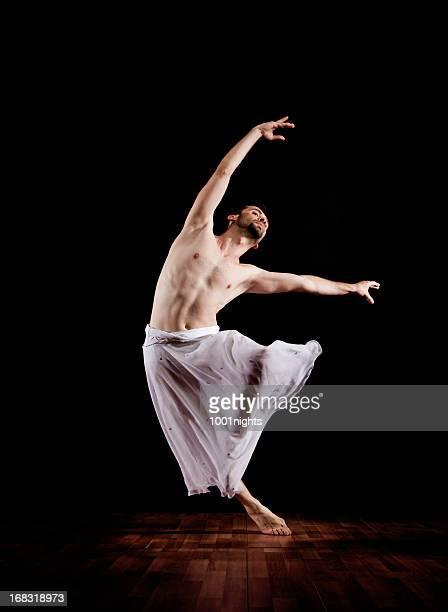 Elegante männliche Tänzer