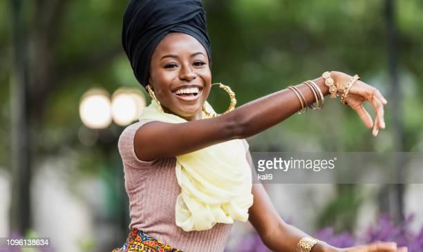 踊る優雅な若いアフリカ系アメリカ人女性 - ブレスレット ストックフォトと画像