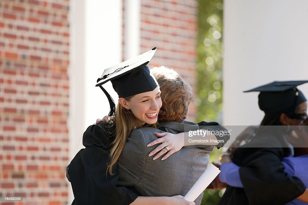 Graduate embracing parent : Stockfoto