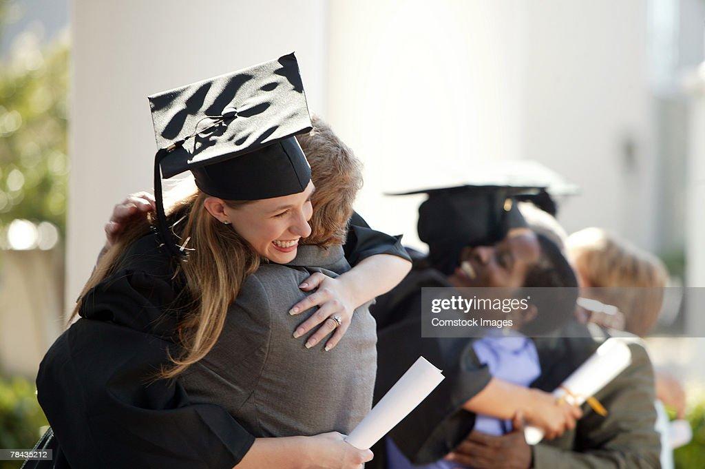 Graduate embracing parent : Stockfoto