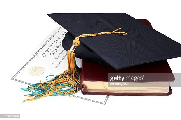 laureato di tocco accademico cappello con un certificato e un libro. - diploma foto e immagini stock