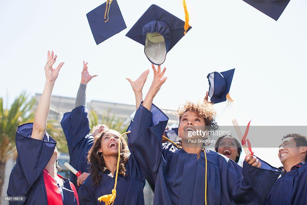 Absolventen Herumwerfen Kappen in der Luft : Stock-Foto