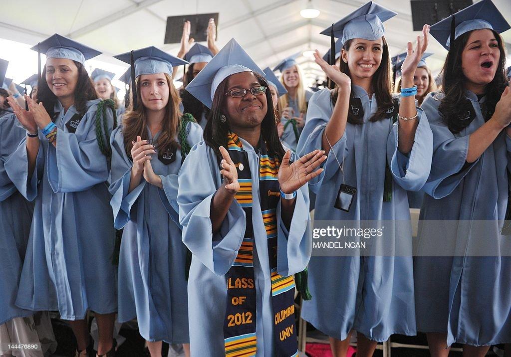 Graduating students applaud as US Presid : News Photo