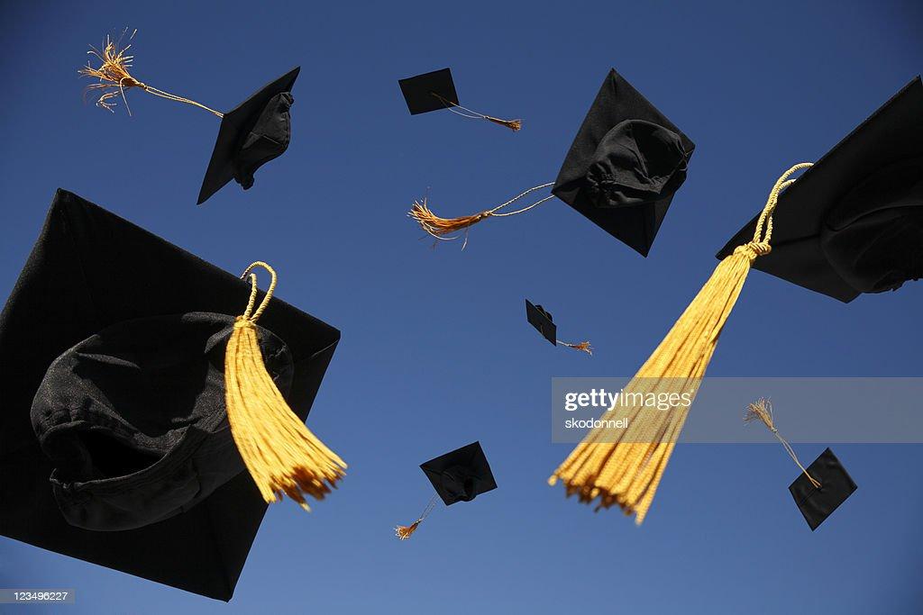 Graduation Caps in die Luft geworfen : Stock-Foto