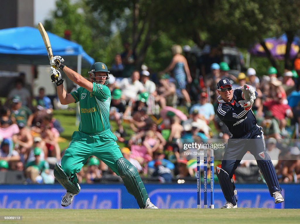 Graeme Smith of South Africa hits out during the Twenty20 International match between South Africa and England at Supersport Park on November 15, 2009 in Centurion, South Africa.