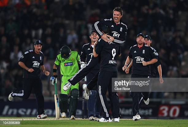 Graeme Swann of England celebrates the wicket of Fawad Alam of Pakistan during the 5th NatWest One Day International between England and Pakistan at...