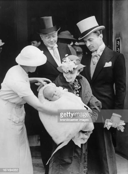 Graf und Gräfin HaugwitzReventlow mit Söhnchen Lance vor der Taufe Der Mädchenname der Kindesmutter Barbara Hutton Hinter der Gräfin ihr Vater Mr...
