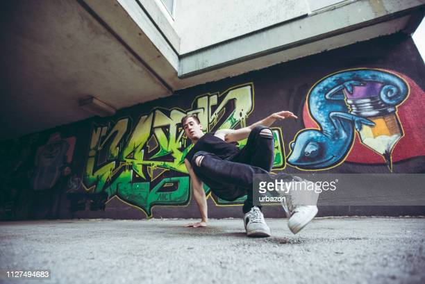 graffiti and break-dancer - arte, cultura e espetáculo imagens e fotografias de stock