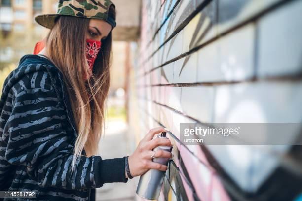 graffiti-künstler-malerei - vandalismus stock-fotos und bilder