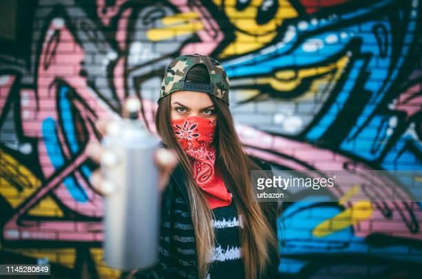 graffiti-künstler mit sprühfarbe - vandalismus stock-fotos und bilder