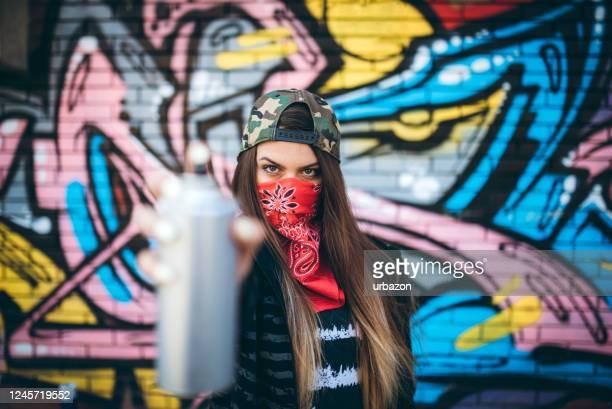 grafiteiro com tinta spray - grafite produção artística - fotografias e filmes do acervo