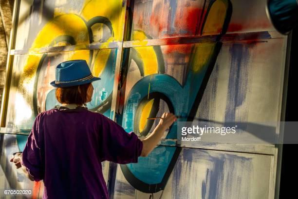 Graffiti kunstenaar vrouw