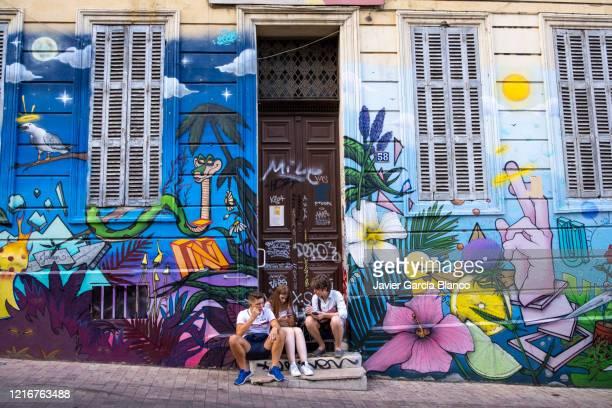 graffiti au cours julien à marseille - marseille photos et images de collection