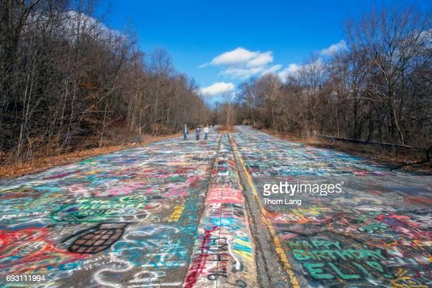 graffiti covered highway, centralia, pennsylvania - centralia pennsylvania foto e immagini stock