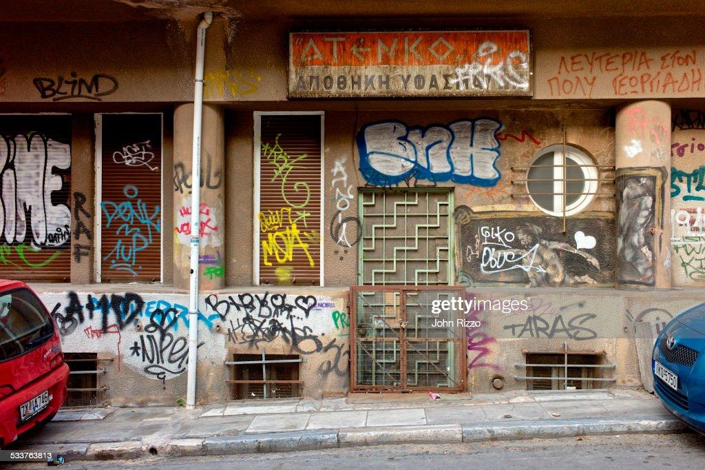 Graffiti covering urban wall in city : Foto stock