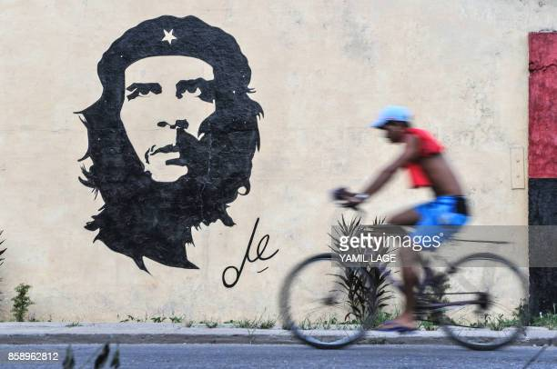 A graffiti depicting the image of legendary guerrilla leader Ernesto Che Guevara in a street of Havana on October 2 2017 / AFP PHOTO / YAMIL LAGE