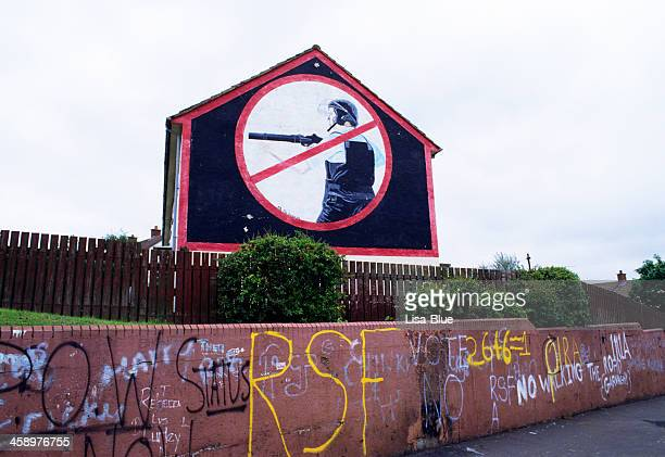 graffiti in belfast - belfast stock pictures, royalty-free photos & images