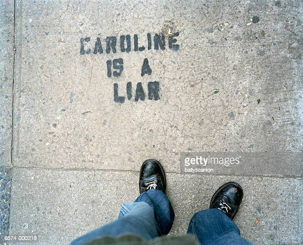 graffiti on sidewalk - stoep stockfoto's en -beelden