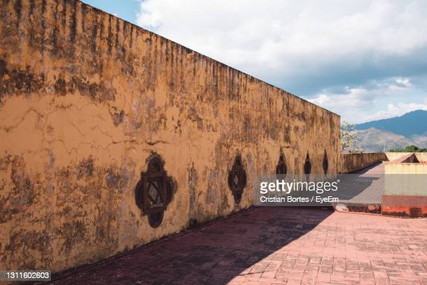 graffiti on wall of building - bortes stock pictures, royalty-free photos & images