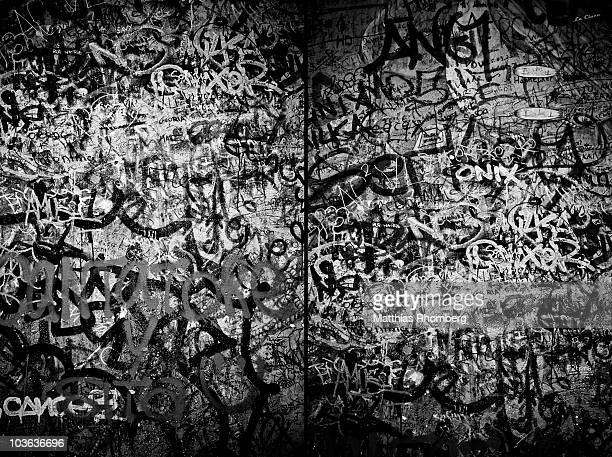 graffiti (on the berlin wall) - graffiti foto e immagini stock