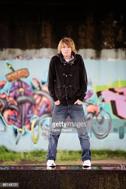 graffiti teen - ポケットに手を入れている ストックフォトと画像