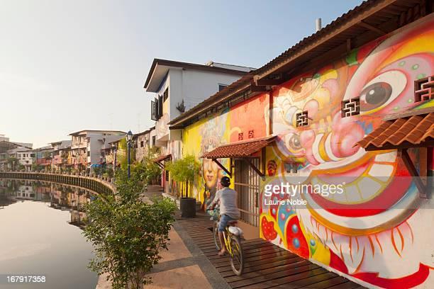 graffitied buildings surrounding melaka river - melaka state stock pictures, royalty-free photos & images