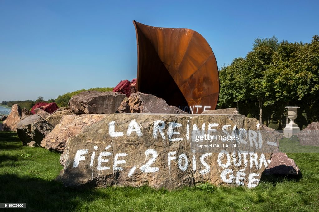 L'oeuvre d'Anish Kapoor 'Dirty Corner' vandalisée : News Photo