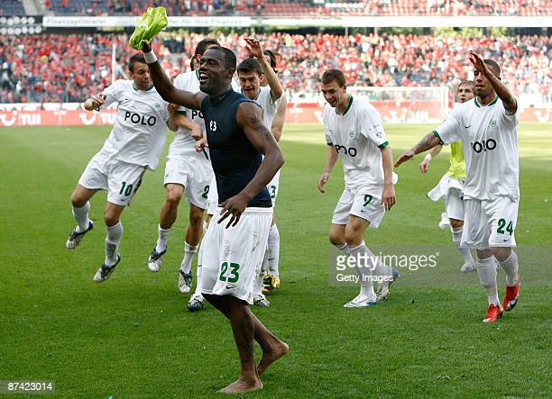 Grafite of Wolfsburg and his team mates celebrate after the Bundesliga match between Hannover 96 and VfL Wolfsburg at the AWD Arena on May 16 2009 in...