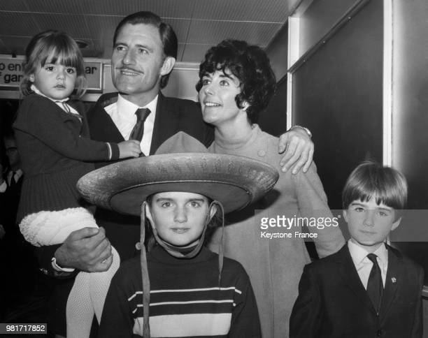 Graham Hill, de retour du grand prix de Mexico, est accueilli par sa femme Bette Hill et leurs 3 enfants Samantha Hill, Brigitte Hill et Damon Hill,...