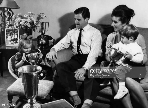 Graham Hill en famille avec sa femme Bette Hill et leurs enfants Brigitte Hill et Damon Hill, au Royaume-Uni, circa 1962.