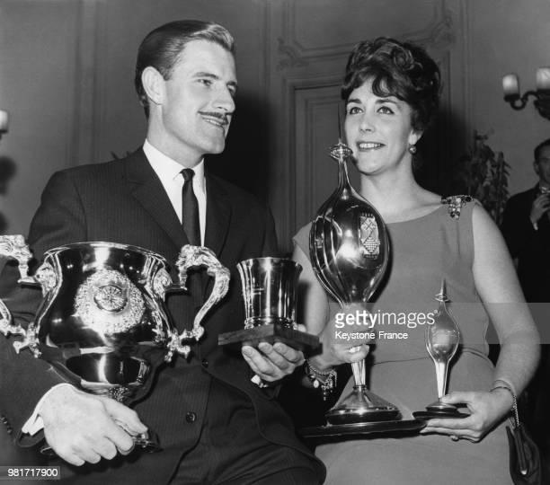 Graham Hill et sa femme Bette Hill avec le trophée de la Fédération Internationale de l'Automobile le trophée commémoratif Hawthorn et le trophée...
