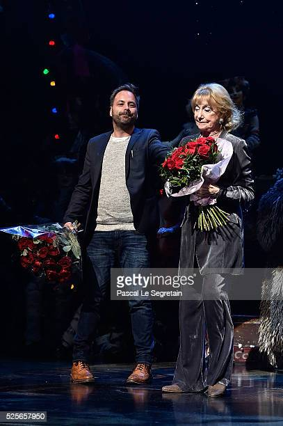 Graham Hurman Gillian Lynne pose on stage with dancers during the Cats Premiere at Theatre Mogador on April 28 2016 in Paris France