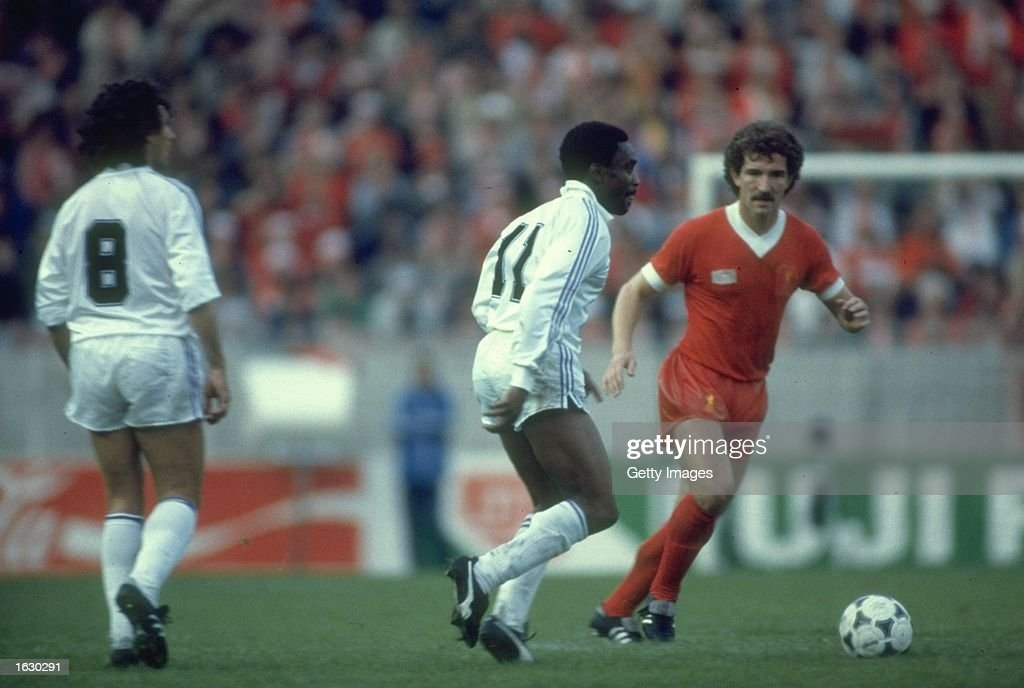 Laurie Cunningham of Real Madrid and Graham Souness of Liverpool : News Photo