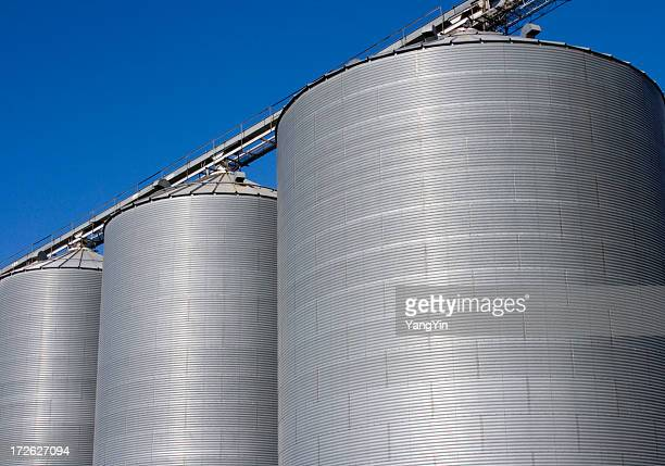 As barras de mistura, sector agrícola recipientes de armazenamento com céu azul