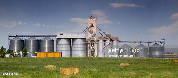 grain elevators/bins with haybales in foreground - timothy hearsum ストックフォトと画像