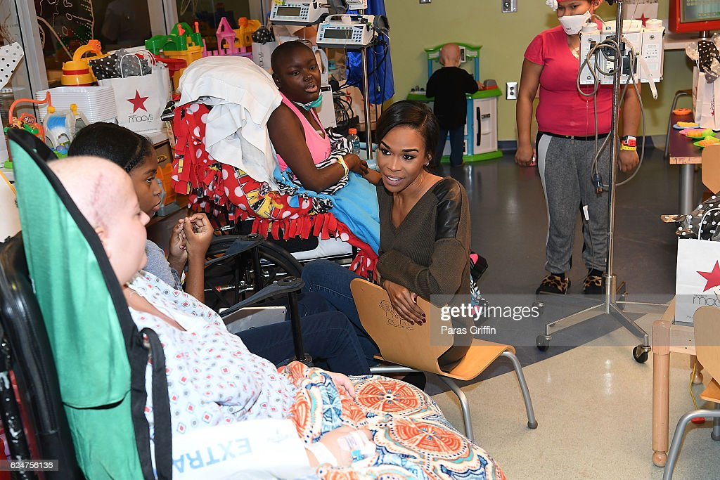 Michelle Williams Visits Aflac Cancer Center at Egleston Children's Hospital in Atlanta Before the Macy's Great Tree Lighting : News Photo