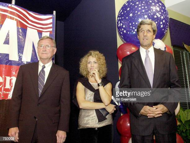 Grammy Awardwinning recording artist Sheryl Crow joins Missouri Governor Mel Carnahan left and US Senator John Kerry on stage September 15 2000 at a...