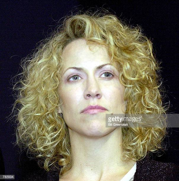 Grammy Awardwinning recording artist Sheryl Crow stands on stage September 15 2000 at a fund raiser for Missouri Governor Mel Carnahan in St Louisi...