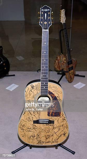 Grammy Signed Epiphone Masterbilt Guitar signed by Lionel Richie Chris Rock Jennifer Love Hewitt John Legend Dercine White Corinne Bailey Rae Joan...